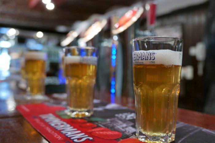 Vasos de distintos tipos de cerveza lambic. Foto: EFE/María Traspaderne